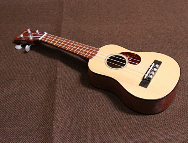 Ukulele built to mimic a Gibson guitar